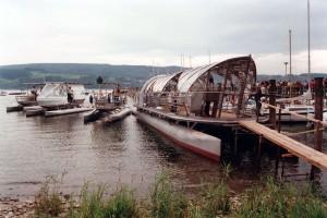 Die Solarfähre Helios der Kopf AG aus Sulz-Bergfelden mit einigen ihrer Vorgängermodelle im Hafen von Gaienhofen am Bodensee. Bild: A. Ellinger
