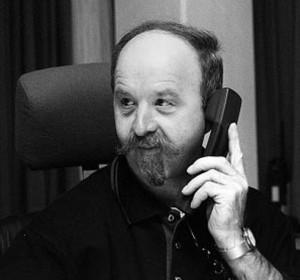 """""""König, FLZ!"""" Wenn ein PolizeiBeamter bei Siegfried König im Stuttgarter Landeskriminalamt anruft, braucht er in der Regel Hilfe. Manches Mal reicht dann ein Blick zum Computer. Doch wenn er einmal selbst nicht helfen kann, weiß der Bergfelder Kriminalhauptkommissar garantiert jemanden, der es kann. Bild: A. Ellinger"""
