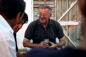 Der Benediktiner Karl Helmreich kümmert sich um Ashkali, die in einem Armenviertel bei Pristina leben. Bild: A. Ellinger