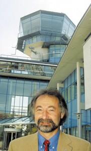 Norbert Oswald aus Dettensee vor dem Stuttgarter Tower. Bild: A. Ellinger