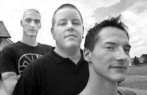 """Das sind USK aus Vöhringen (von rechts): Sänger """"Damme"""", Drummer Fabi und Basser Micky. Bild: A. Ellinger"""