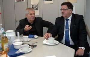 Roland Jahn im Redaktionsgespräch bei der Südwest Presse. Rechts neben ihm: Hans-Joachim Fuchtel, Staatssekretär im Bundesarbeitsministerium.  Bild: A.Ellinger