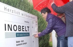 Violetta Garzanti von der IG Metall wirft in den Inobelt-Briefkasten die Wiedereinstellungs-Ansprüche von Ex-Beschäftigten ein. Bild: Andreas Ellinger