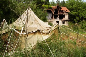Ein Zelt als notdürftige Bleibe - vis-à-vis des zerstörten Eigenheims. Bild: A. Ellinger