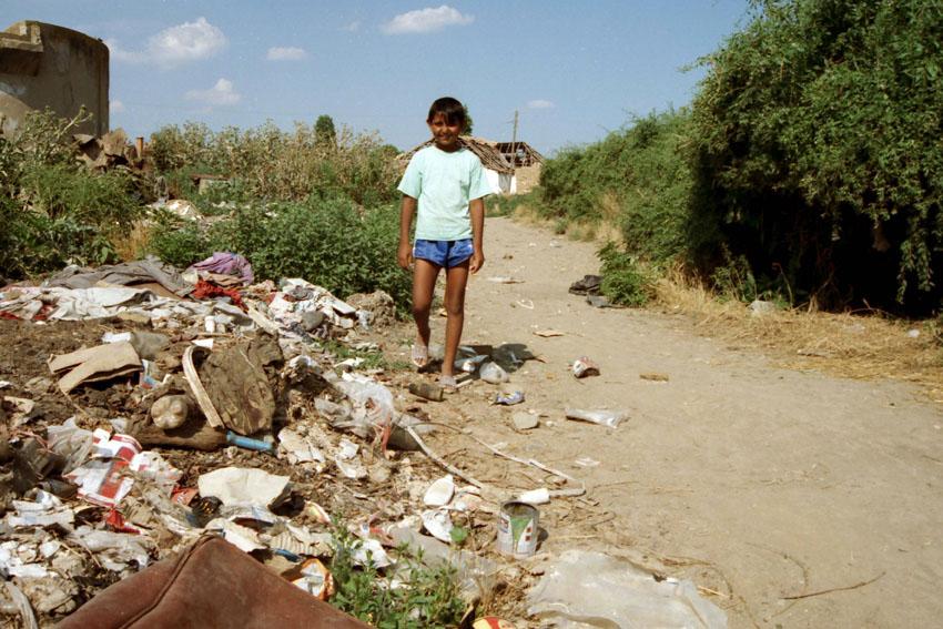 Ein Junge in einer Ashali-Siedlung nahe Pristina. Bild: A. Ellinger