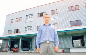 """Der Betriebsratsvorsitzende der Horber Firma Volz, Alex Rossoschanski, vor dem Mietobjekt """"Werk 7"""". Bild: A. Ellinger"""