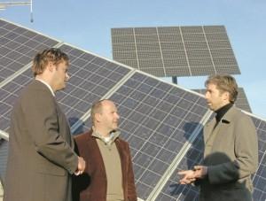OB Peter Rosenberger (links) und OB Boris Palmer (rechts) zu Gast in der Solartechnik-Firma von ... OB Peter Rosenberger (links) und OB Boris Palmer (rechts) zu Gast in der Solartechnik-Firma von Artur Deger.  Bild: ael